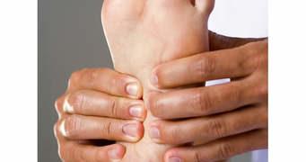 Ressentez-vous une douleur intense sous le talon le matin ou encore à la suite d'une période de repos ? Vous souffrez peut-être d'une fasciite plantaire.
